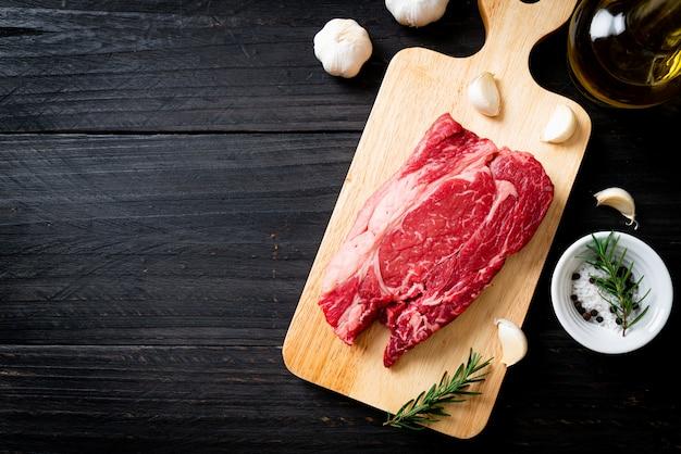 新鮮な生の牛肉ステーキ Premium写真