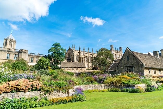 英国オックスフォードの戦争記念庭園のあるクライストチャーチ Premium写真