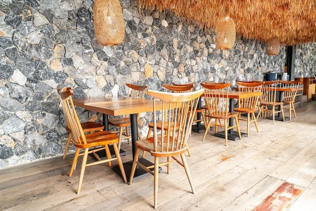 Деревянный стол и стул в кафе-ресторане Premium Фотографии