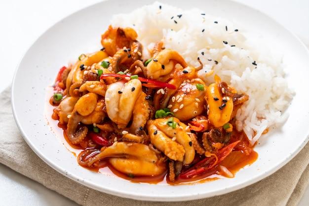 Обжаренный в духовке осьминог или кальмар и корейская острая паста (осам булгоги) с рисом Premium Фотографии