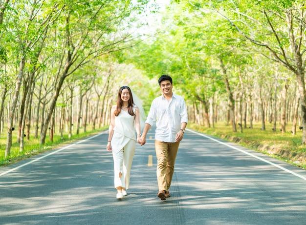 道路上の愛の幸せなアジアカップル Premium写真