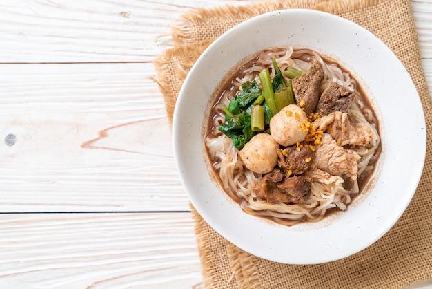 豚肉の煮込みライスヌードルスープ Premium写真