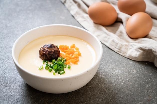 Приготовленное на пару яйцо с овощами, грибами и морковью Premium Фотографии