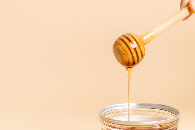 蜂蜜と新鮮なハニカムの背景 Premium写真