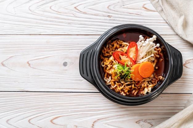 Корейская лапша быстрого приготовления в черной миске Premium Фотографии