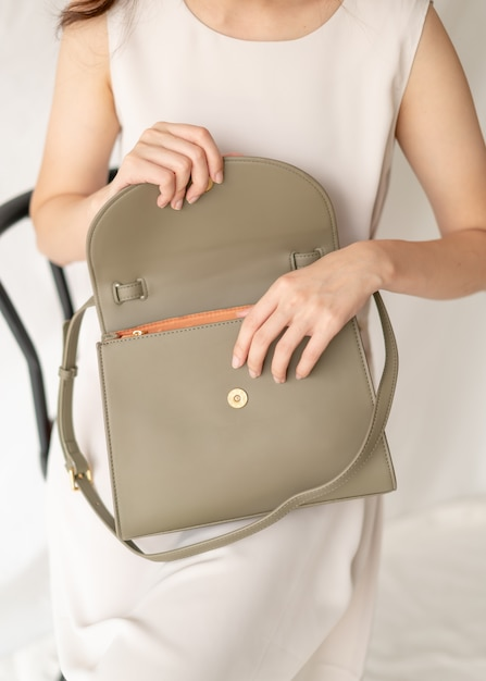 女性の革のファッションバッグ Premium写真