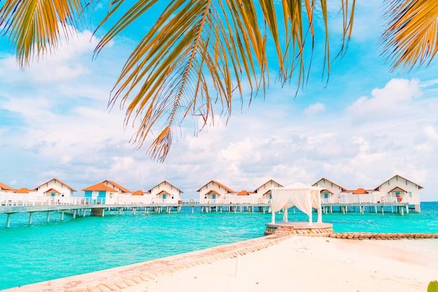 Красивый тропический курортный отель на мальдивах и остров с пляжем и морем Premium Фотографии
