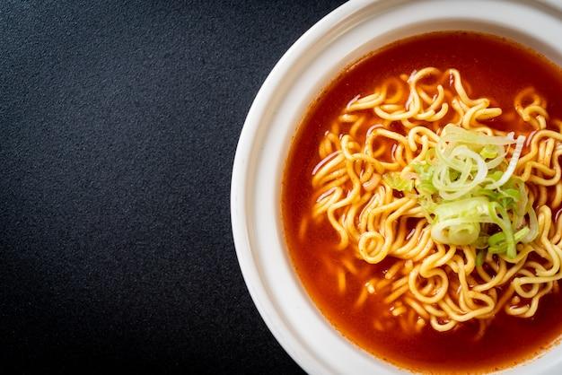 Корейская острая лапша быстрого приготовления с кимчи Premium Фотографии