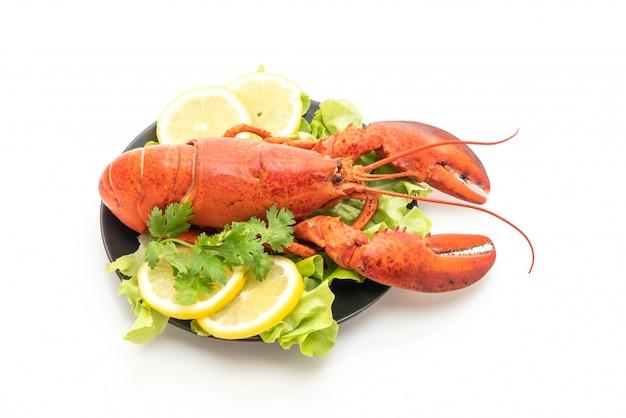 Свежеприготовленный омар с овощами и лимоном Premium Фотографии