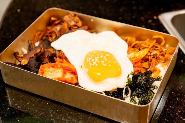ご飯と目玉焼きを混ぜる Premium写真