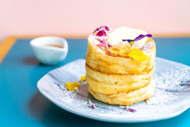 蜂蜜とバターのパンケーキ Premium写真