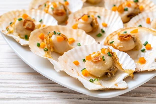 Жареные морские гребешки с маслом Premium Фотографии