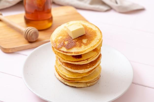 バターと蜂蜜のパンケーキ Premium写真