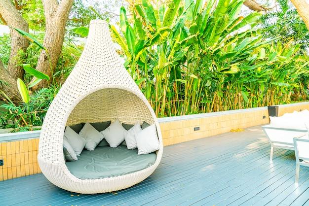 Открытый патио стул в саду Premium Фотографии