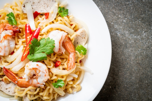 海老入りスパイシー即席麺サラダ Premium写真