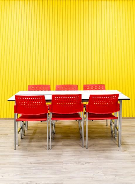空のテーブルと部屋の赤い椅子 Premium写真