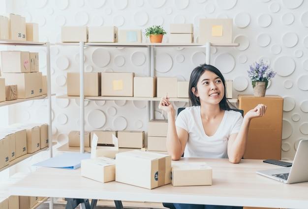 顧客、ビジネスオーナーの自宅からの新規注文後の幸せな若い女性 Premium写真