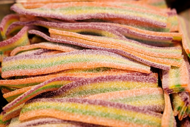 Разноцветные липкие черви, посыпанные сахаром Premium Фотографии