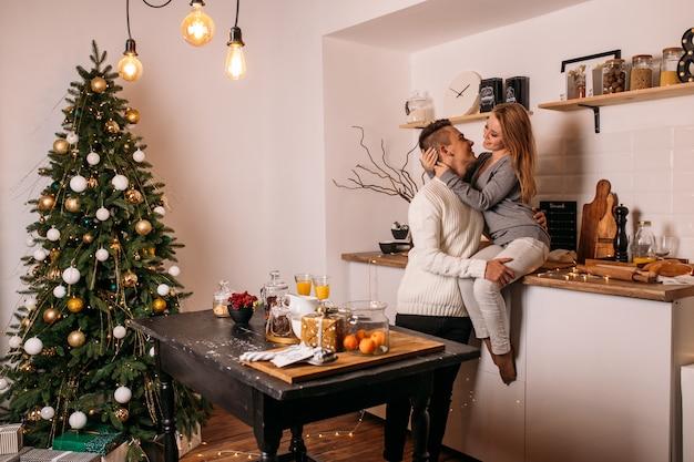 カップルは自宅の台所で一緒に時間を過ごします Premium写真