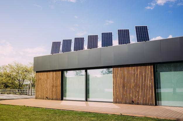 家の屋根の上の太陽電池パネル。再生可能代替エネルギー Premium写真