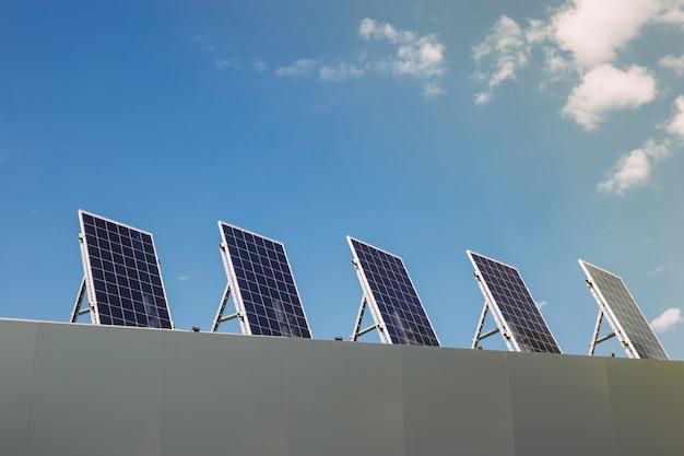 家の屋根の上の太陽エネルギーパネル。再生可能代替エネルギー Premium写真