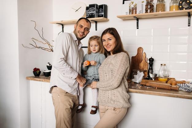 キッチンで幸せな家族。 Premium写真