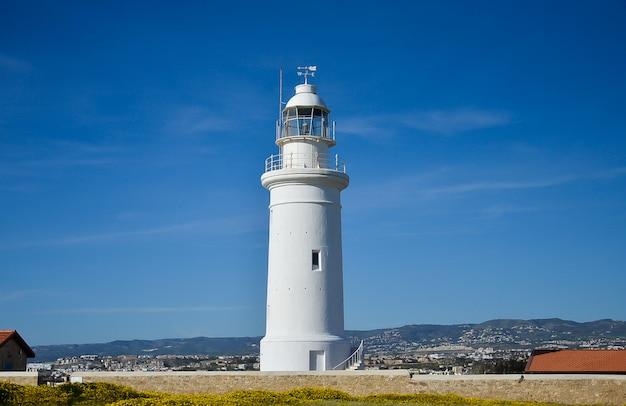 青い空に白い灯台 Premium写真