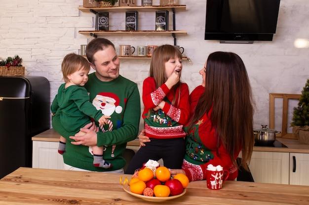 笑顔の家族は台所で楽しんでください。 Premium写真