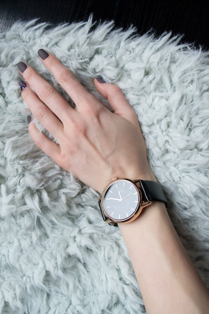 女性の手首に腕時計。 Premium写真