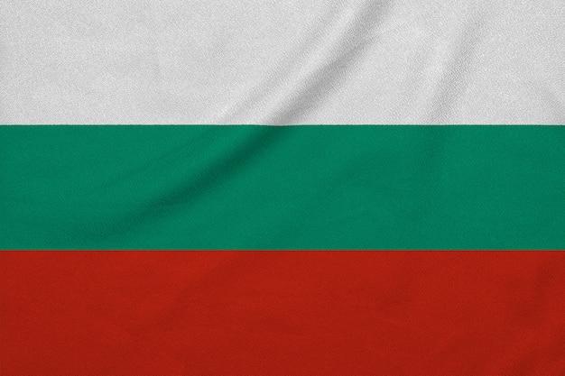 工場のニット生地からブルガリアの旗。 Premium写真