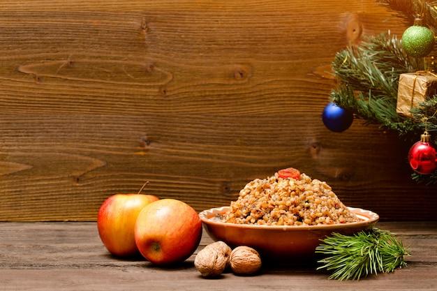料理はクリスマスイブの伝統的なスラブ料理です。飾りの木。コピースペース Premium写真