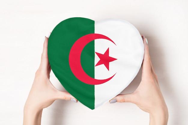 ハート形のボックスにアルジェリアの旗 Premium写真
