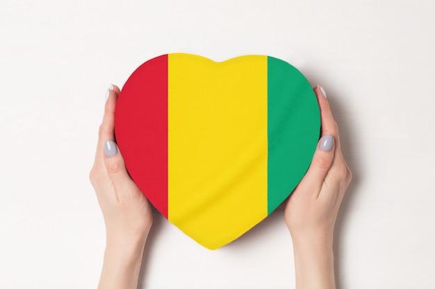 ハート形のボックスにギニアの旗 Premium写真