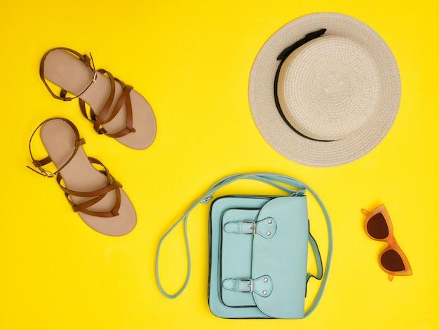 Модная концепция. женская соломенная шляпа, мятная сумочка, солнцезащитные очки, сандалии Premium Фотографии