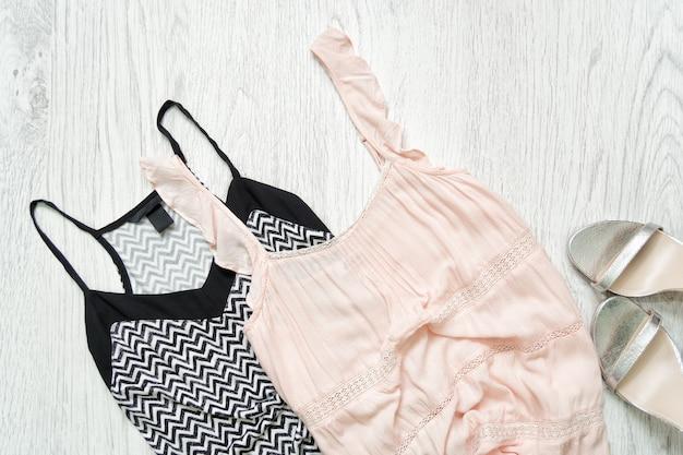 黒と白と淡いピンクのトップ、シルバーの靴、 Premium写真