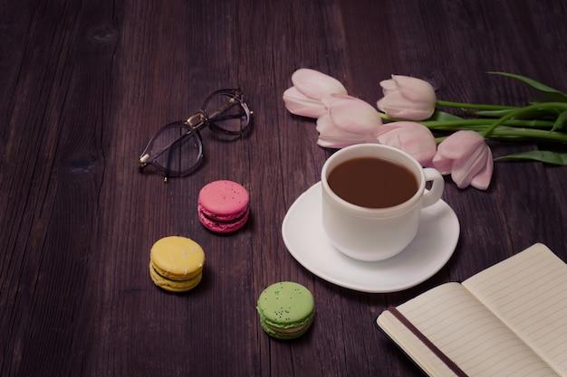 紅茶、マカロン、グラス、ピンクのチューリップ Premium写真