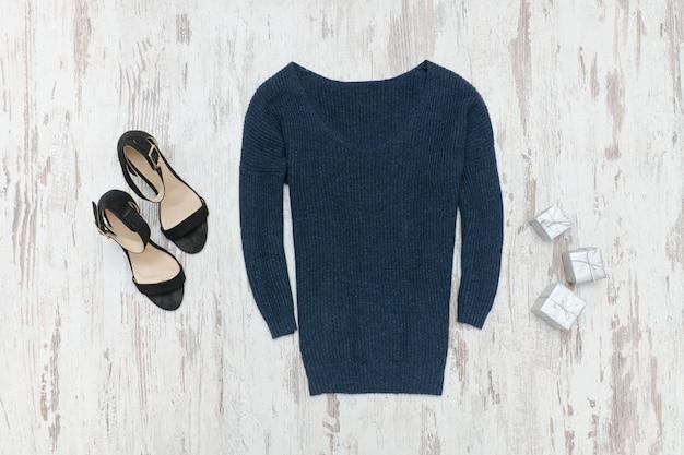 青いニットセーター、靴、シルバーギフトボックス Premium写真
