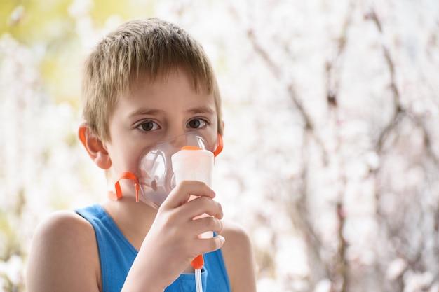 学齢期の少年は自宅で吸入をします。防止 Premium写真