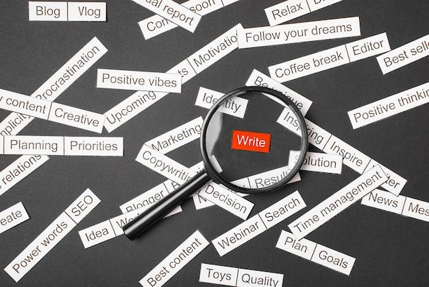 赤い碑文上の拡大鏡より多くの単語の間の書き込み Premium写真