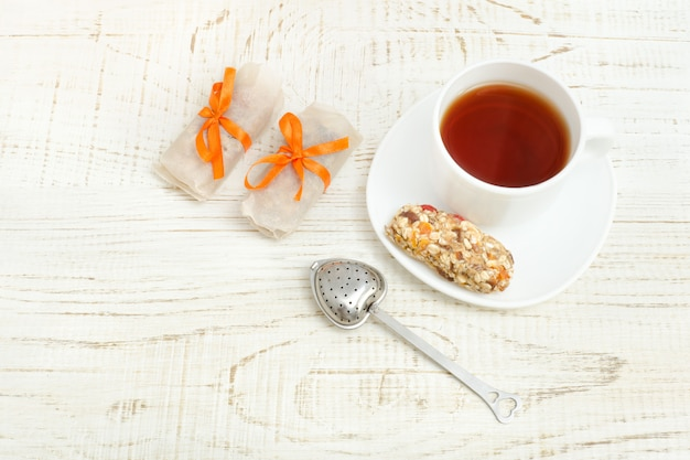 お茶とミューズリーのいくつかのバーの平面図。白い木製の背景 Premium写真