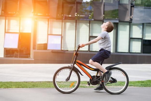 男子生徒は自転車に乗る。夏休み。 Premium写真