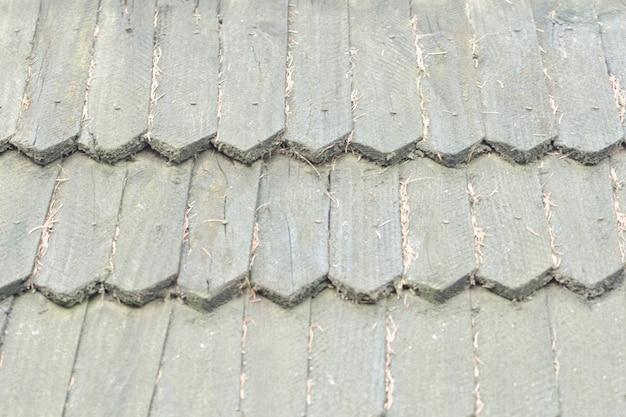 Старая крыша выполнена из деревянной черепицы. текстура фона. Premium Фотографии
