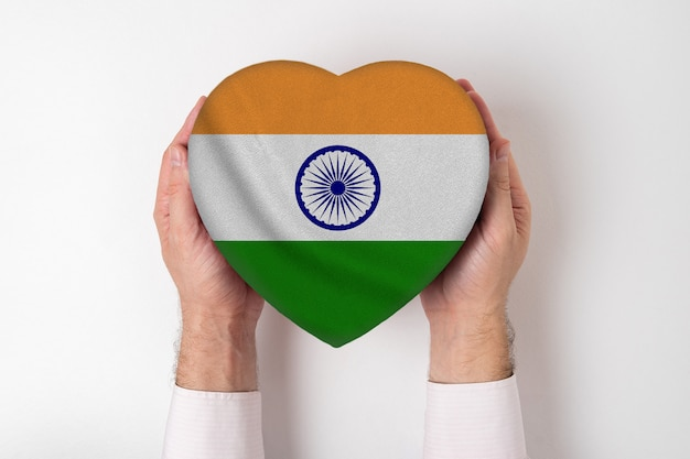 男性の手でハート型ボックスにインドの旗。 Premium写真