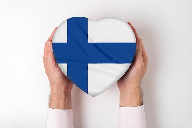 男性の手でハート型のボックスにフィンランドの旗。白色の背景 Premium写真