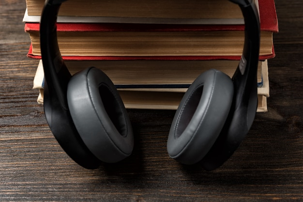本とヘッドフォン。オーディオブックのコンセプトを使用して学習。すばやく暗記。 Premium写真