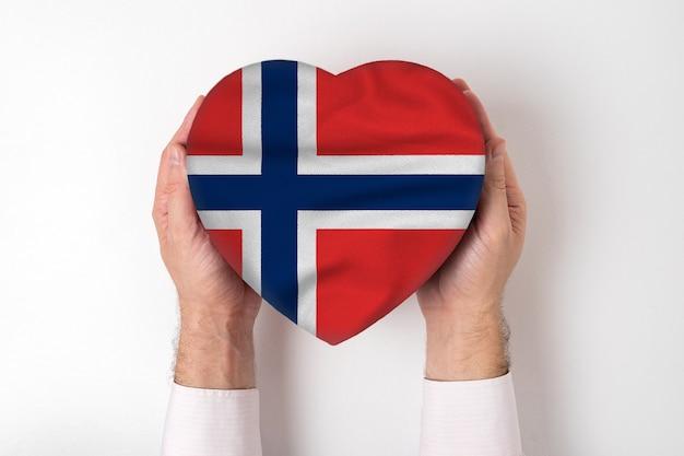 男性の手でハート型ボックスにノルウェーの旗。白色の背景 Premium写真