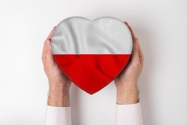 男性の手でハート型のボックスにポーランドの旗。白色の背景 Premium写真