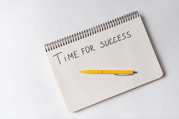 Время для успеха мотивационного уведомления. блокнот и ручка на белом Premium Фотографии