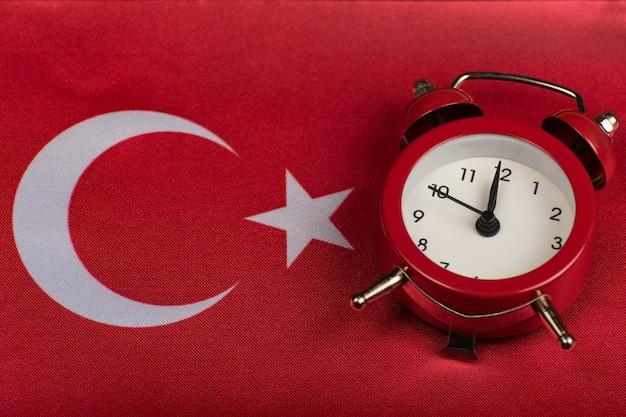 Флаг республики турция и старинные будильник заделывают. время выучить турецкий Premium Фотографии