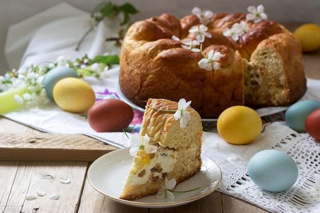 豆腐の詰め物と十字架の形の装飾が施された伝統的なモルダビアとルーマニアのイースターケーキ。 Premium写真
